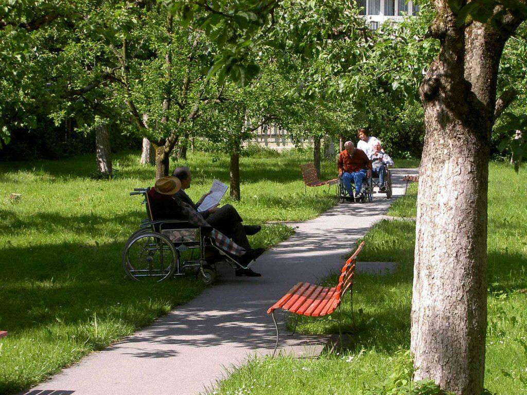 Seniorenbetreuung im Garten des Herz-Jesu-Heim